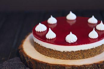 Typisch für das Familientreffen: Rezept für eine Torte mit Mohnboden, Joghurtcreme und Himbeerspiegel. Fruchtig leicht, begeistert alle.