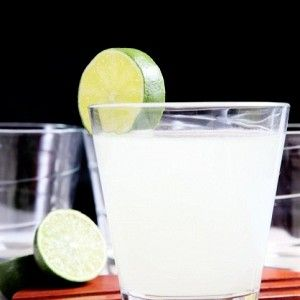 Разрежьте лаймы на 4 части и переложите в блендер. Добавьте 4 стакана воды, сахар и сгущенное молоко. Измельчите, чтобы лаймы были мелкими кусочками.