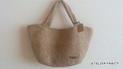 編み図掲載予定で紹介したバッグのうちの1つ、編み図書きましたので、アップします!麻ひもで編んだシンプルなマルシェバッグです。サイズは、底の一番狭いところで、約24cmぐらい。高さは、床に平置きした状態で21~22㎝ぐらい