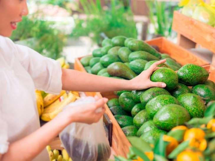 Unreife Avocados sollten nicht verzehrt werden und schmecken auch sehr bitter. Mit diesem Trick reifen sie in 10 Minuten