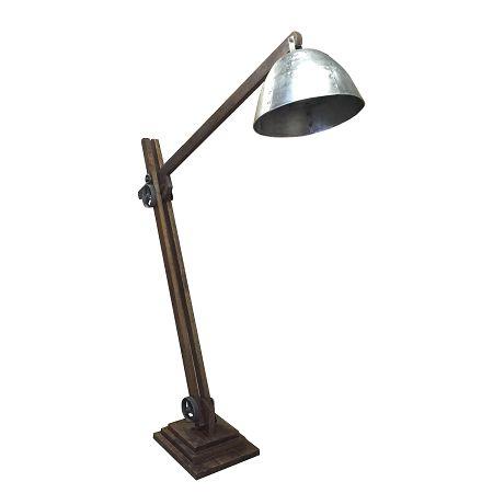 Industriële houten vloerlamp metalen kap stoere houten vloerlamp met robuuste draaiknoppen en verweerde metalen kap.