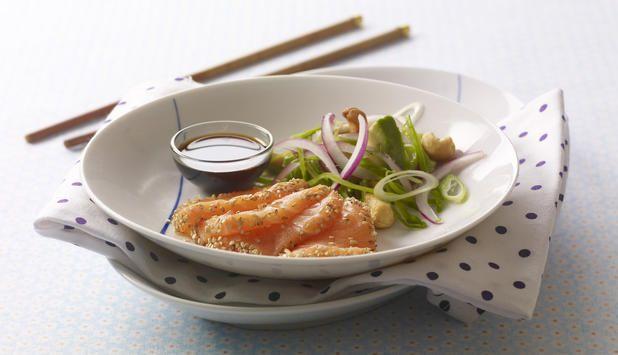 Denne oppskriften kan du bruke enten du skal lage hovedrett eller forrett. Lettvint, men eksklusiv! Sesamfrø gir laksen en søt og deilig smak, og salaten gjør retten frisk.