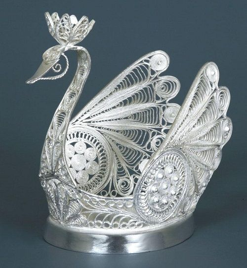 Russian Metal Filigree Swan -Idea: Wouldn't this e beautiful done in paper quilling?