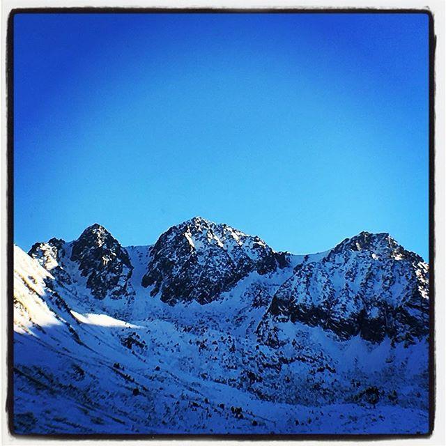 // Cîmes // 🏔 #mountains #montagne #pyrenees #andorra #pasdelacase #neige #soleil #winterlight #snow #snowboard #snowboarding #hiver #decembre #december #ice #ski #skiing #skistation #skifahren #tabac #alcool #igersfrance #igersandorra #igerspyreneesorientales #occitanie #occitanie_focus_on