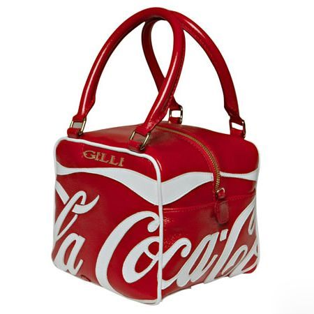 The well-known brand Gilli and The Coca Cola Company have worked together to achieve the Coca-Cola Cube, an exclusive line of bags in limited edition totally Made in Italy .