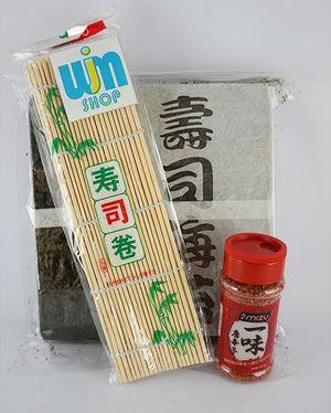 Nori Takaokaya + Sushi Mat + bubuk cabe - P. Nogu cabe 50 Beli Paket Lebih Praktis isi paket nogu cabe 50: - Nori takaokaya 50 lembar - Sushi mat/ gulungan sushi 24 cm x 24 cm - Bubuk cabe ichimi togarashi 40gram