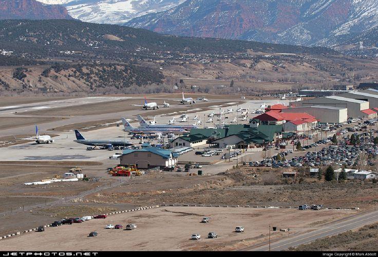 Eagle County Airport, Vail, Colorado, EUA: é cercado por montanhas, parte das Rochosas, e sua altitude torna menos denso o ar e obriga a um acionamento específico de turbinas tanto na decolagem como na aterrissagem.  http://veja.abril.com.br/blog/ricardo-setti/tema-livre/assuste-se-com-o-video-os-10-aeroportos-mais-perigosos-do-mundo/