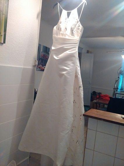 Bonjour, je vend ma robe de mariée jamais porter car annulation de mariage. cest une taille 40. il ya une legere tache sur le cote