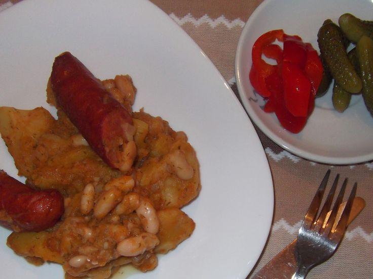 Mâncare de cartofi cu fasole și cârnați afumați