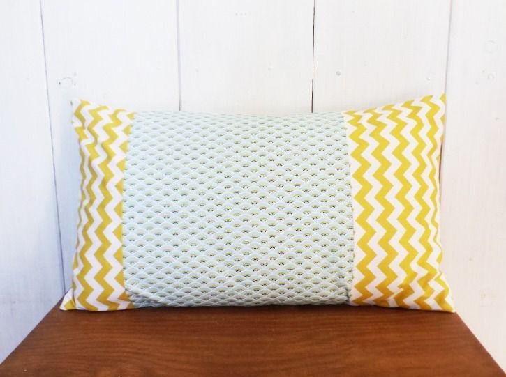 Housse de coussin style scandinave 50 x 30 cm patchwork de tissus vagues bleues et chevrons jaunes, asymétrique. : Textiles et tapis par zig-et-zag