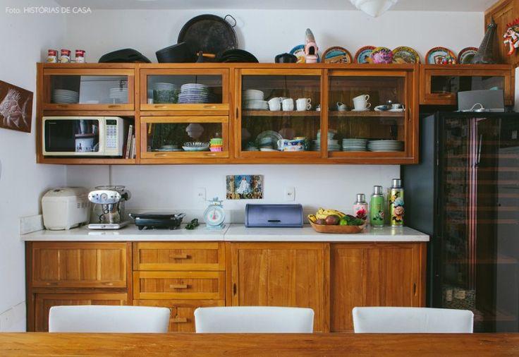 A marcenaria dessa cozinha foi inspirada nos antigos armários de fármacia.