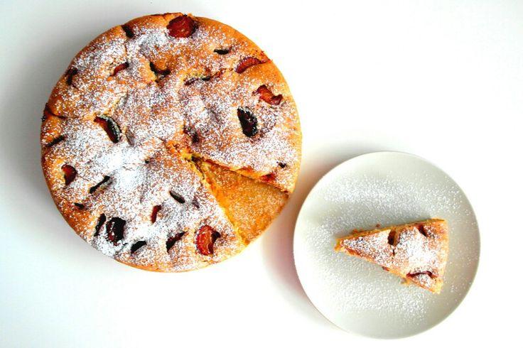 Dla miłośników śliwek i nie tylko     Na deser po obiedzie szybkie, proste i pyszne ciasto biszkoptowe ze śliwkami ❤