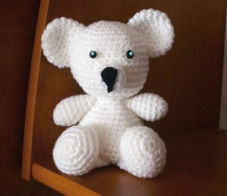 lední medvídek, vysoký asi 13cm. Je háčkovaný z příze Gloria, plněný kuličkovým rounem. Očička lze zvolit vyšitá, korálková a nebo bezpečnostní.