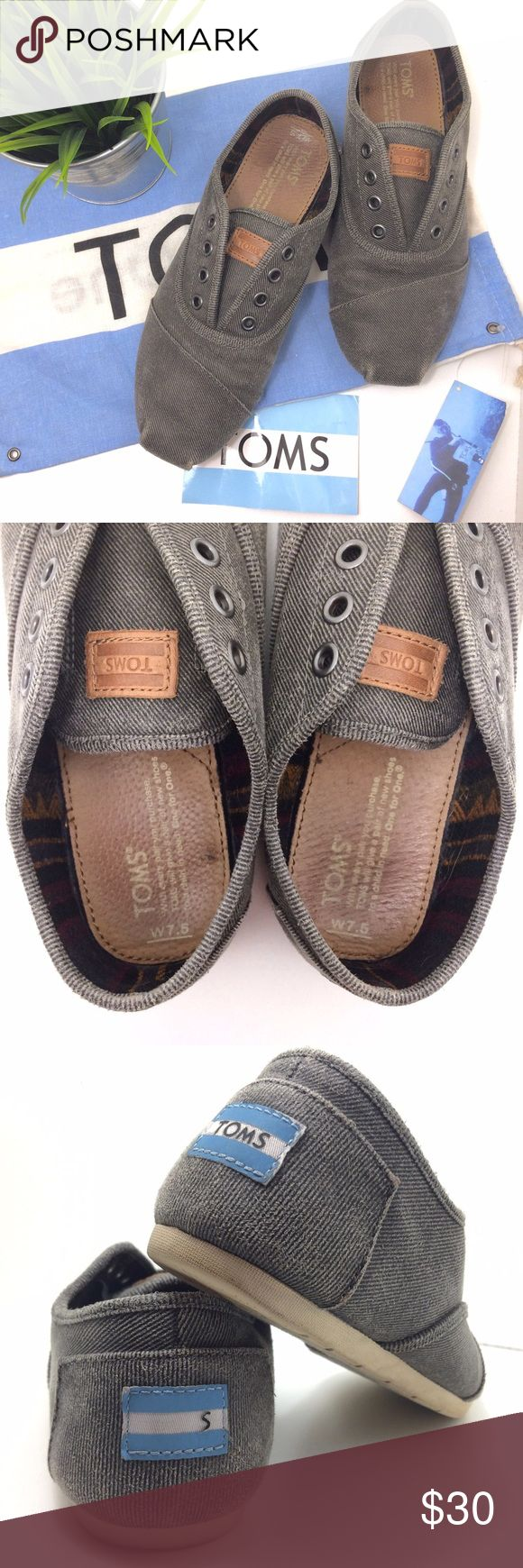 TOMS Cordones Slip-on • Gray Flats • Sneaker Slide Simplicity is always in season. The womens TOMS Cordones Shoes are good to go with or without laces on your around-town explorations. A casual shoe fit for both day and night. With the classic TOMS toe-stitch and suede insole cushioned with rubber, this Cordone slips on and fits snug with hidden elastic straps. No laces necessary! ⭐️Includes TOMS flag/bag  sticker! TOMS Size 7.5. Linen upper. Latex arch support. Cushioned leather insol...