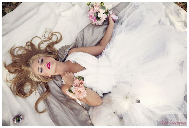 suknia ślubna, stylizacja na ślub, bukiet i bransoletka ślubna