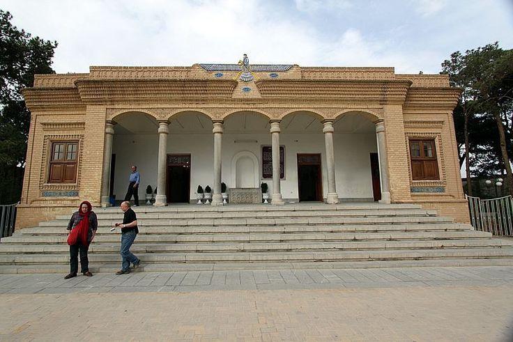 Zerdüşt-Mecusi Ateşgedesi İran-En üstteki kanatlı adam resminin Cebrail olduğu İslam ulemalarınca da kabul görmektedir.