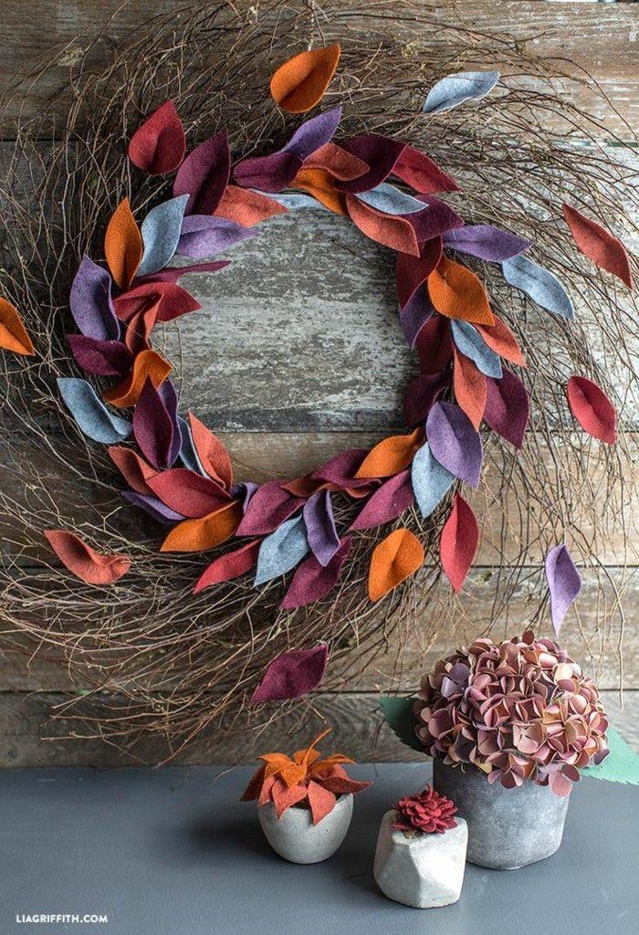 Tolle Herbstdekoration für das Haus. Breiter Weidenkranz mit bunten Herbstblättern …   – Herbst Ideen – Deko und DIY