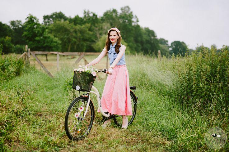 session brides / romantyczna sesja ślubna z kwiatami / sesja z rowerem / fot. Bajkowe Śluby