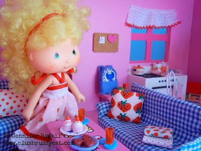 Plushpussycat: Hello Kitty Dollhouse Review! with vintage Strawberry Shortcake dolls in mini scenes!