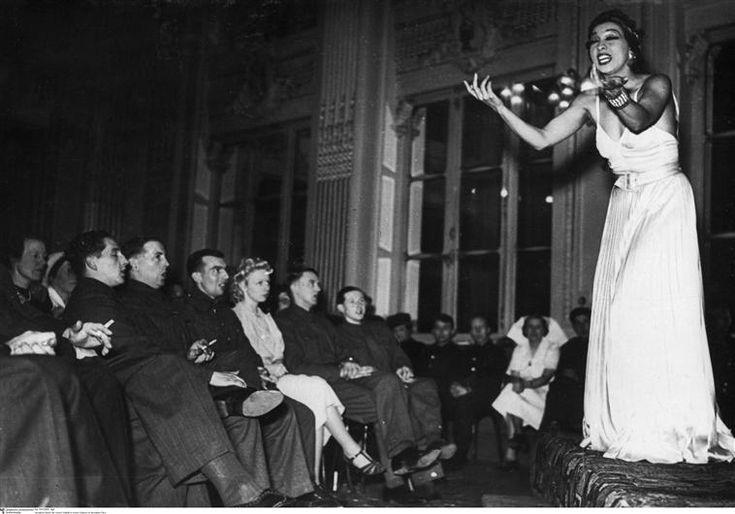 Joséphine Baker sur scène dans un cabaret à Paris pendant l'Occupation (1940)