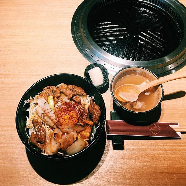 #銀座だいたい1000円ランチ 、ひつじ座の巻。 北海道産純血サフォーク丼、羊の味噌汁とお新香、デザートにカタラーナが付いて、1,100円。 ボリュームたっぷり、味付けもやや濃いめなので、どちらかと言うと男性向きかな。 ・ #ランチ #lunch #お昼ごはん #銀座ランチ #銀座だいたい1000円ランチ #銀座ひつじ座 #羊肉 #肉 #丼 #foodpic #instafood #午餐 #銀座 #ginza