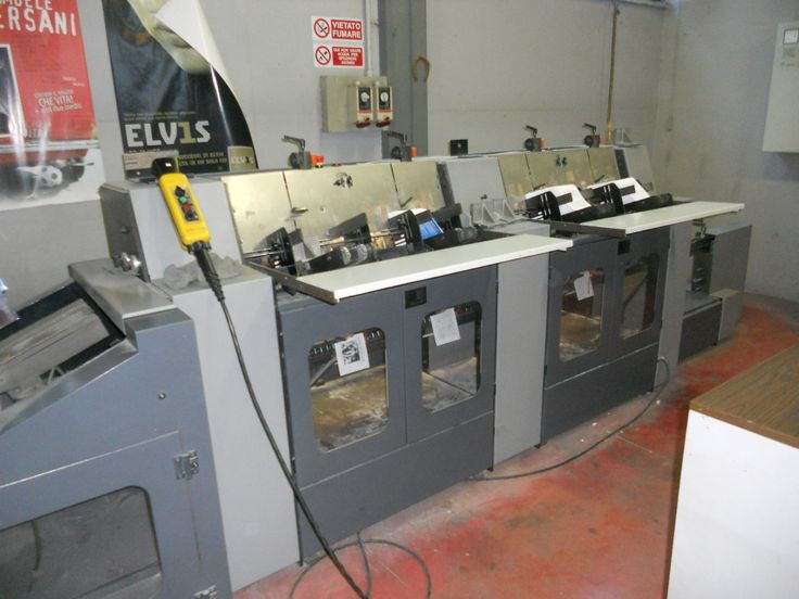 Raccoglitrice cucitrice a punto metallico Heidelberg ST 100. 4 stazioni di raccolta, stazione manuale, 2 teste di cucitura, trilaterale e uscita a nastro