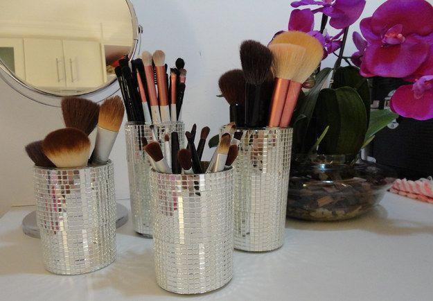 Copinhos espelhados para um toque disco! | 26 ideias geniais para organizar seus itens de maquiagem