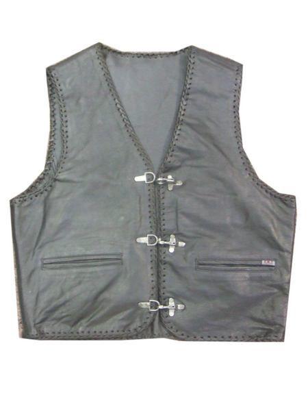 Martin is jaloers op John omdat hij zo'n mooi, grijs vest heeft. Op Martin's zestiende verjaardag hebben ze een ruzie waarna John zijn vest aan Martin geeft. Zo heeft hij toch een leuk geschenk gekregen. Wanneer Martin geëxecuteerd is wordt een vestje terug aan John bezorgd.
