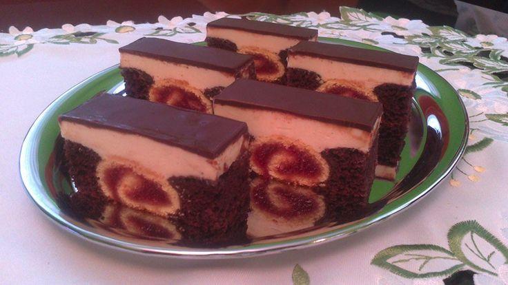 Roláda v tmavém cestě, plněná marmeládou s krémovou náplní a čokoládovou polevou. Jednoduchý a rychlý koláček s lahodnou chutí.