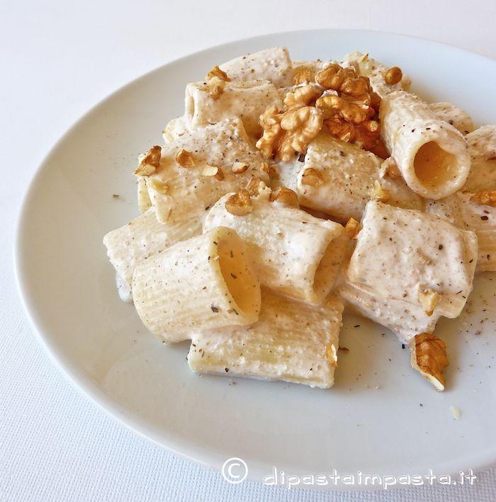 Un delicatissimo pesto di noci, realizzato con la ricotta fresca. Un primo piatto che faccio spesso nei vari formati di pasta ma ra...