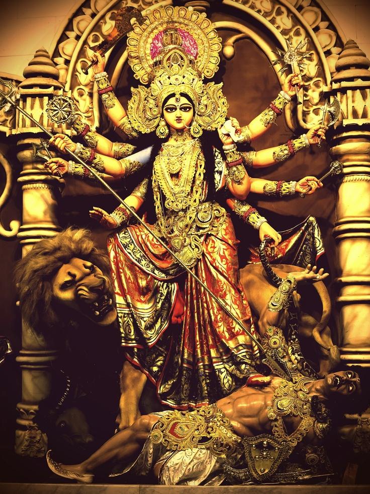 """HINDUISMO  - 54. Da série: Manifestações da Shakti """"Durga é uma representação da Shakti, e por isso é descrita como possuindo todos os poderes de todos os Devas. Na mitologia, ela surge para combater um demônio invencível, Mahishasura. (Fonte: Roberto de A. Martins, para o site Shri Yoga Devi.) - Da pasta: Tradições, Mitologias, Ícones, Holismo."""