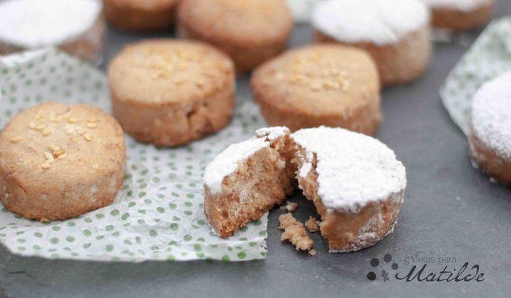 Bocado exquisito típico de fechas navideñas elaborados principalmente con harina, manteca, azúcar, almendra y canela.