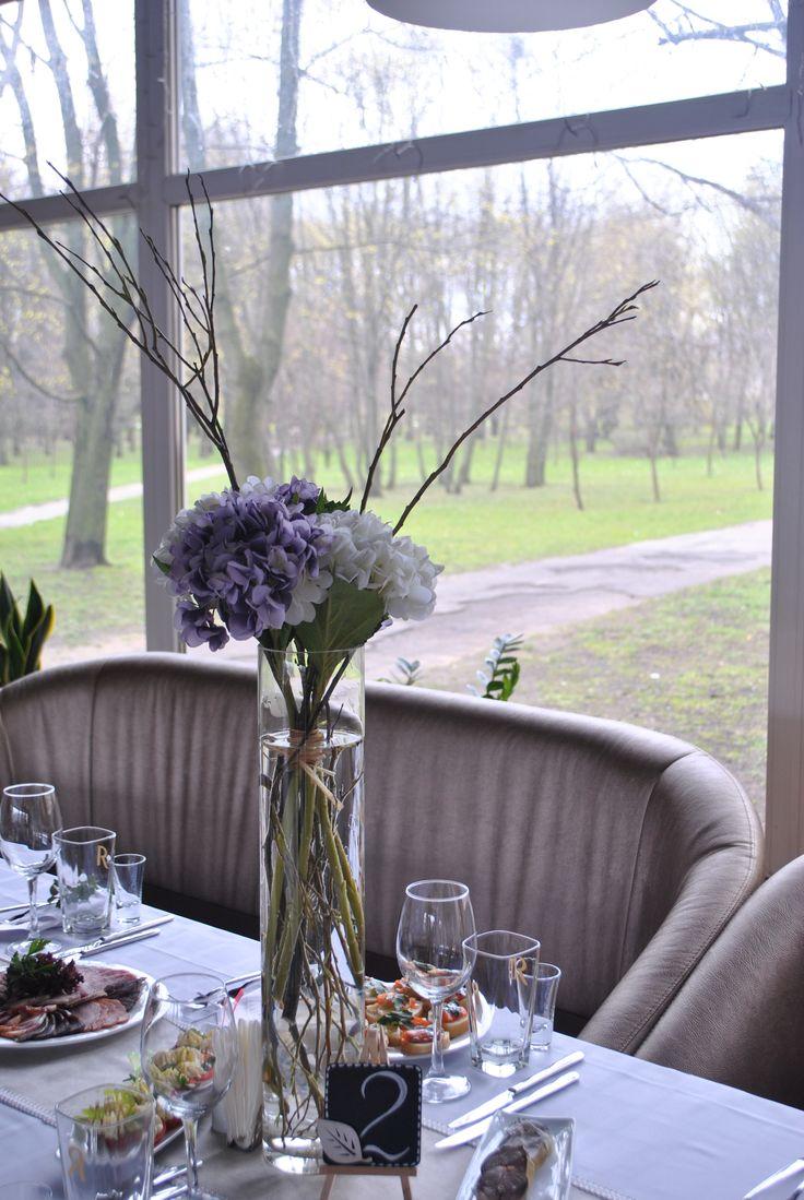 Высокие вазы на гостевые столы. Высокие композиции на стол гостей из искусственных цветов и веток.