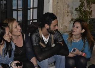Umile e unico: Marco Mengoni chiacchiera con i fan fino all'alba