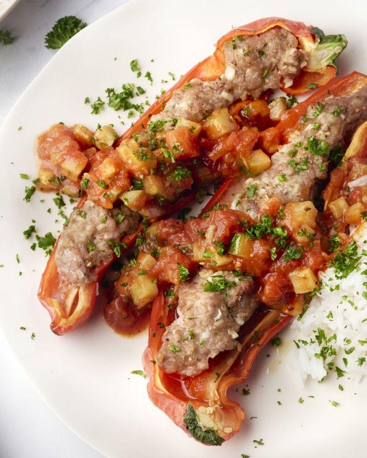 Wat een heerlijke combinatie: puntpaprika's gevuld met heerlijk gehakt, een Zuiderse tomatensaus erbij en rijst. Smullen voor jong en oud!