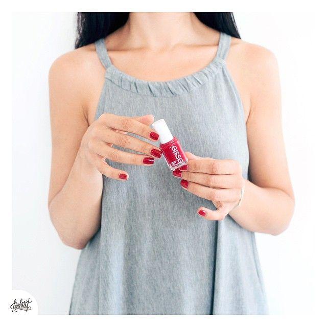 Manucure-minute avec #Essie #jumpinmyjumpsuit mais je ne sais pas encore si ça va être ma manucure du week-end.... Je crois que j'ai besoin de quelque chose de plus estival ! J'en profite pour souhaiter un joyeux Anniversaire à @didoline ☺️❤️ #nails #nailstagram #nailpolish #red
