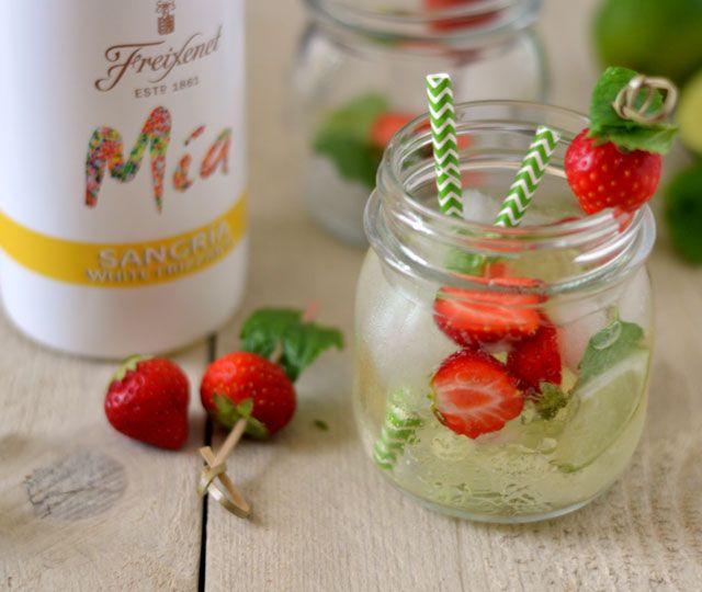 Een heerlijke zomerse cocktail: witte sangria met aardbei, munt en limoen! Trakteer vrienden of familie eens op dit heerlijke drankje tijdens de BBQ of een avondje borrelen. Proost!