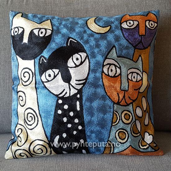 Pynteputa - Fire Katter I Blå Natt. Det abstrakte uttrykket og bruken av spennende farger skaper en spennende detalj i interiøret ditt. Fargene i denne puten har lilla som hovedfarge, med elementer av gull, gylden bronse, blå, grønn, hvit og svart. Fra nettbutikken www.pynteputa.no #pyntepute #pynteputer #pynteputa #farger