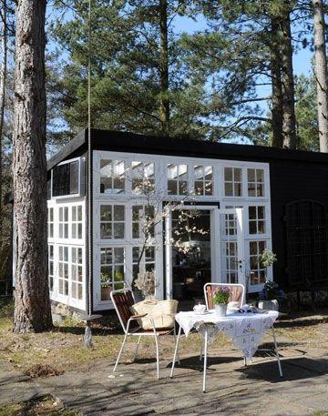 Fundet af et par gamle slidte vinduer vakte drømmen om en kombineret havestue og drivhus til live for Lene og Tommy. Få gode ideer til indretning af din egen havestue og drivhus.