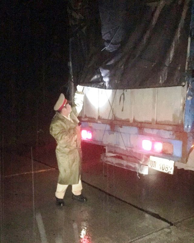 Theo đó, khuya ngày 1/1, tại Km 1382, trên tuyến đường Hồ Chí Minh, đoạn qua huyện Phước Sơn (Quảng Nam), lực lượng CSGT đang làm nhiệm vụ tuần tra thì phát hiện một xe tải mang BKS Lào Un-1082 chạy hướng Nam – Bắc có biểu hiện khả nghi nên ra tín hiệu dừng xe lại kiểm tra.      Lực lượng ...  http://cogiao.us/2017/01/02/xe-tai-bien-so-lao-cho-11-bao-dan-chi-khong-ro-nguon-goc/
