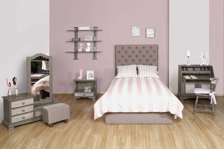 Ambiente Niña Antique. Hermosa habitación que contrastan los diseños clásicos con los contemporáneos. Su cama moderna con espaldar tapizado viene acompañada de muebles de la línea clásica como la mesa de noche, el escritorio secreter, silla y la repisa. Los colores neutros con un pálido rosado hacen de este ambiente un espacio tranquilo.