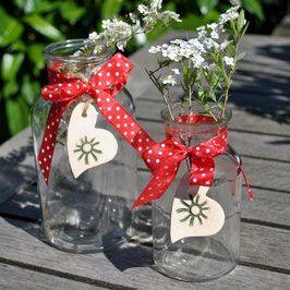 Nicht nur zum Valentinstag: Geschenke mit Herz. Handgemachte Keramik darunter viele Unikate in Herzform. Online bestellbar im Shop von www.Landhausidyll-Gartenkeramik.de