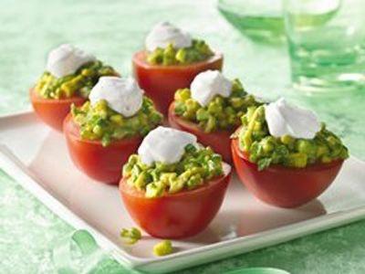 mexicaans gevulde tomaten; amuse voor 5 personen.     De bereidingstijd is circa 15 minuten.           Ingrediënten:           Vulling:     10 medium pruim (Roma) tomaten     1 rijpe avocado, ontpit, geschild en fijngehakt     ¼ fijngesneden komkommer     1 fijngesneden peper (zonder zaadjes)     3 el verse gehakte koriander of peterselie     2 el citroensap     ½ tl zout           Topping:     125 ml zure room     2 tl slagroom of melk     ½ tl geraspte citroenschil     ½ tl zout…