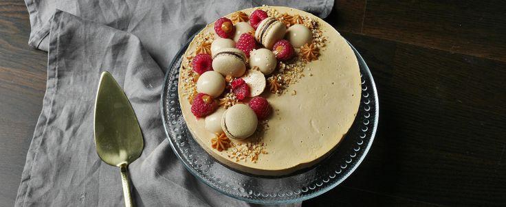 Wow! Det här är verkligen en tårta i min smak. Kanske något av det godaste jag har bakat. I botten har vi en glutenfri brownie med hasselnötsmjöl och rostade hasselnötter. Lager två är en saltkolap…