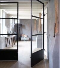 """taatsdeur. Een mooie licht draaiende taatsdeur is een elegante oplossing wanneer een brede zwarte deur toch licht moet draaien. """"Doordat de deur draait op de vloerpot hebben de zij stijlen geen dragende functie en kunnen dus lichter en dunner uitgevoerd worden."""" Mooi bij grote deuren naar tuin."""