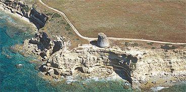 Torre di Scal'e Sali- San Vero Milis :  Realizzata per l'esercizio delle funzioni di avvistamento e di controllo sulle spiagge e sugli stagni della zona, sebbene disponesse di una vasta visuale di oltre 23 km di ampiezza, venne ritenuta presto un'opera inutile in quanto assolveva alle stesse funzioni dalle torri circostanti come ad esempio le torri di Capo Nieddu, di Pittinuri, di Su Puttu, di Sa Mora e di Capo Mannu. Nel 1578, su uno scritto del vicerè De Moncada, si legge che sull'allora…