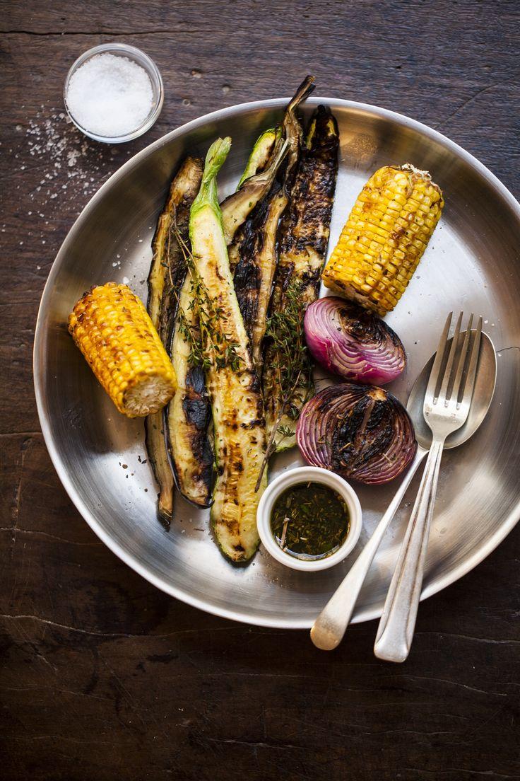Legumes na grelha   #ReceitaPanelinha: A grelha pode ser utilizada para fazer apetitosos legumes grelhados também. Os escolhidos foram milho, cebola roxa, berinjela e abobrinha. O preparo não poderia ser mais fácil: na hora de grelhar, dê uma pincelada com azeite aromatizado – faz toda a diferença.