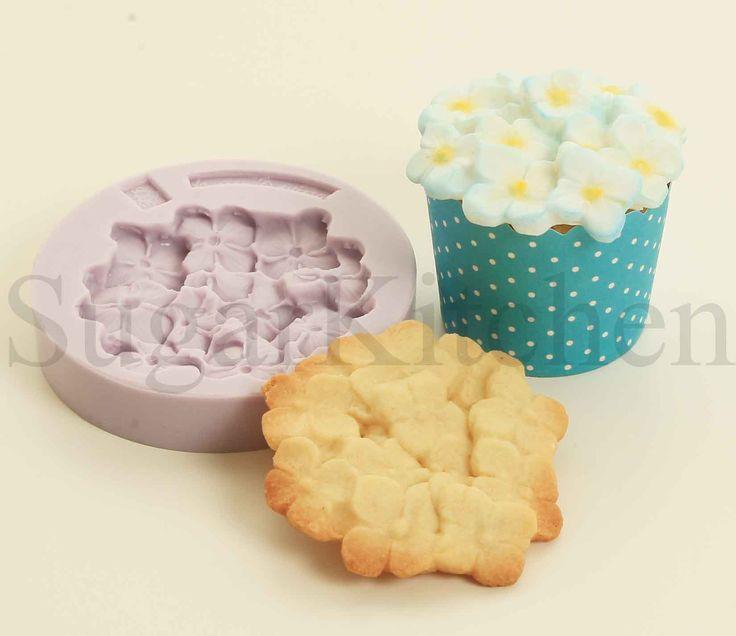 """Vill du kunna använda dina tårtverktyg till mer än en sak?  Då kan vi tipsa om vår nya silikonform """"Hortensia"""". Med den kan du både baka kakor, dekorera cupcakes och tårtor!  Ett bra recept på kakor som håller formen hittar du i vår inspirationskatalog.  Silikonformen finns i sortimentet under en begränsad tid, fram till slutet av augusti!  Kanske ska ert nästa homeparty med SugarKitchen vara inriktat på kakor?  Boka er nästa visning redan idag så ni inte missar detta! info@sugarkitchen.se"""
