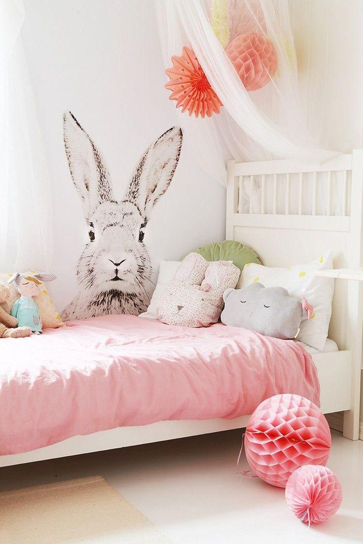 chambre d'enfant fille en rose et blanc - sticker mural lapin, ciel de lit transparent, literie en rose et blanc