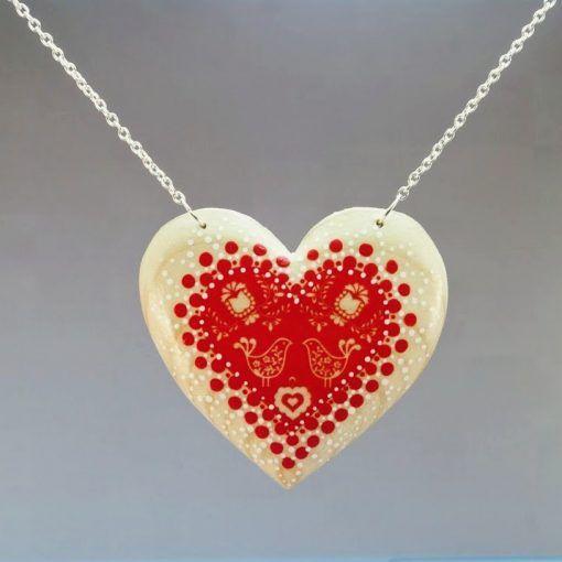 Drevený náhrdelník – Folk motív červeno-prírodný